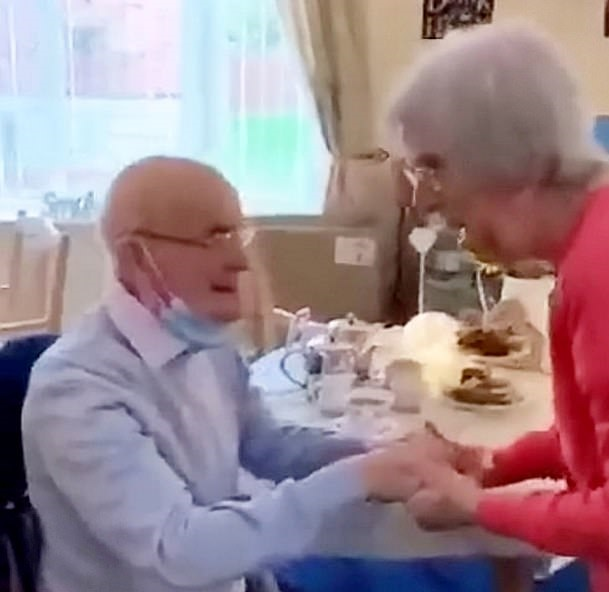 عجوز 91 عاما يلتقي زوجته 87 عاما بعد شفائه بفيروس كورونا بالمملكة المتحدة (1)