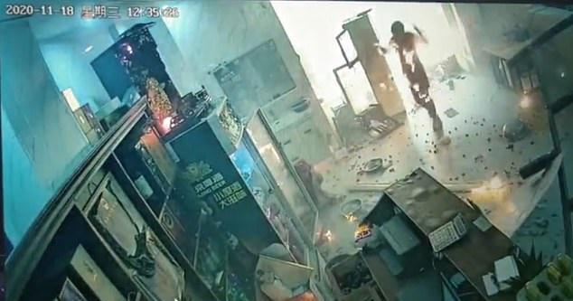 لحظات مرعبة لانفجار مطعم في الصين (1)