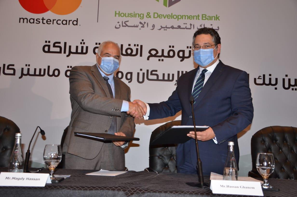 بنك التعمير والإسكان وماستركارد العالمية يوقعان عقد شراكة طويل الأجل  (3)