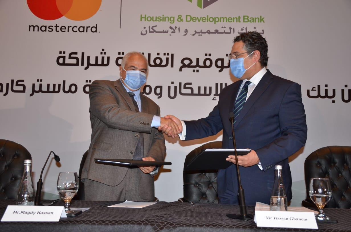 بنك التعمير والإسكان وماستركارد العالمية يوقعان عقد شراكة طويل الأجل  (1)