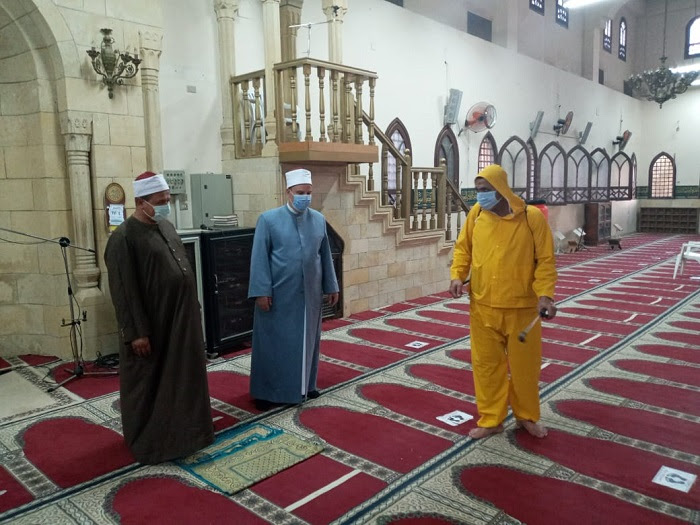مديرى المديريات يشرفون على أعمال تعقيم المساجد