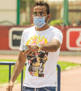 لاعب الاهلى يرتدى الكمامة