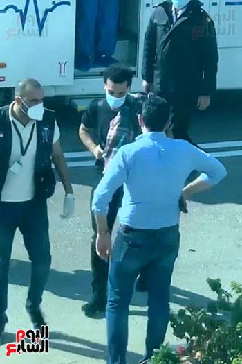محمد-صلاح-أمام-مطار-الغردقة