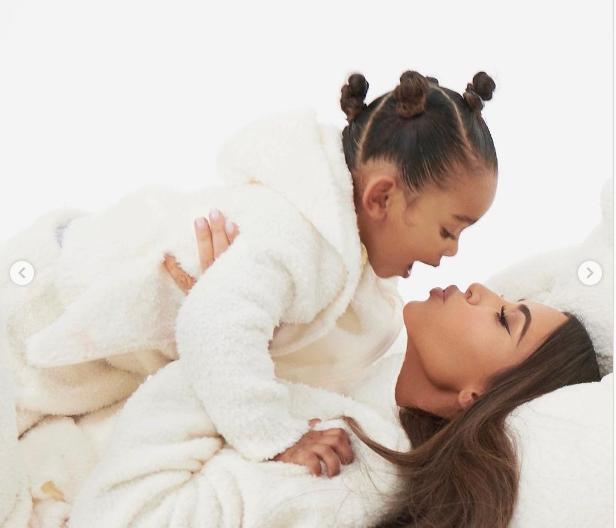 كيم كاردشيان مع ابنتها