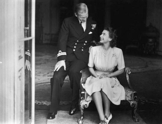 16 صورة توثق رحلة إليزابيث مع الأمير فيليب فى رحلة زواج ...