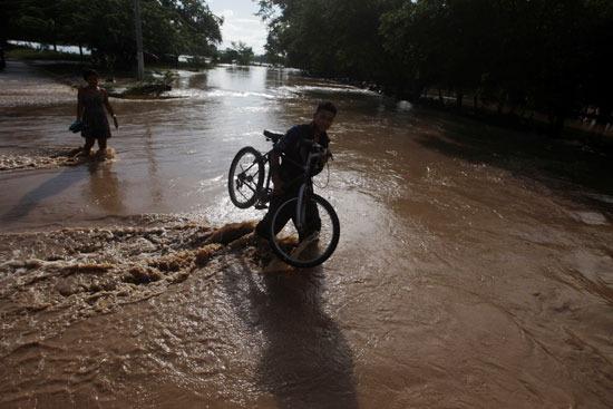 إعصار إيوتا يدمر جزيرة بروفيدينسيا فى كولومبيا (9)