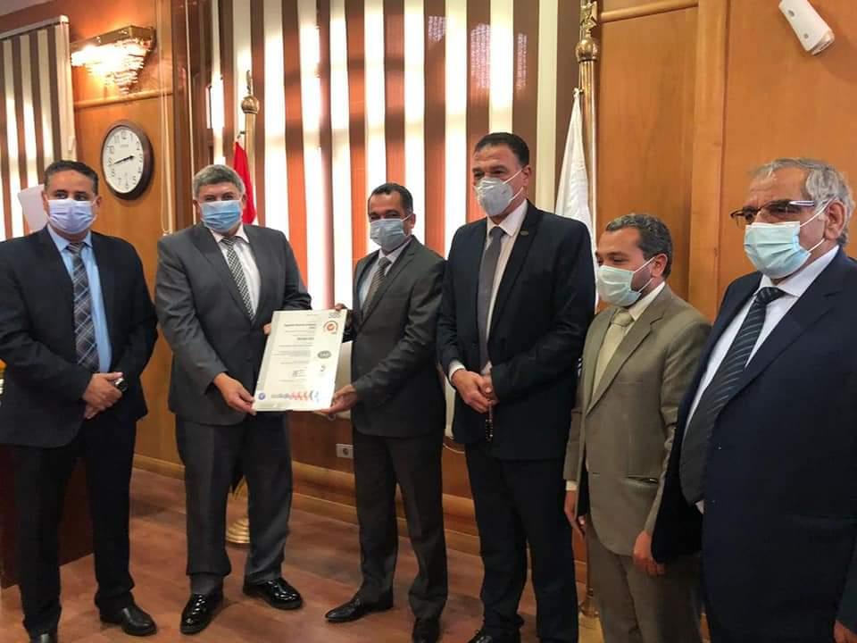 رئيس المصرية للمطارات يتسلم شهادة تجديد الأيزو الدولية (2)
