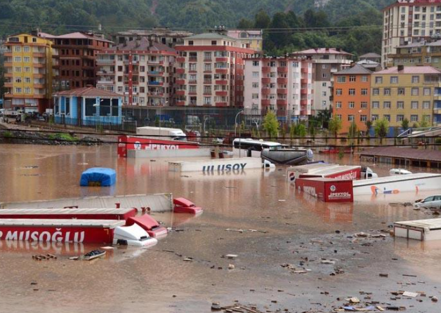 غرق سيارات في تركيا بسبب الأمطار