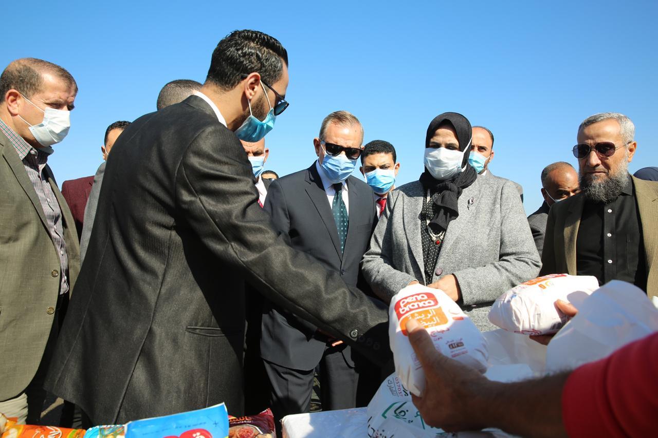 توزيع مساعدات غذائية من صندوق تحيا مصر للأسر الأولى بالرعاية بكفر الشيخ (17)