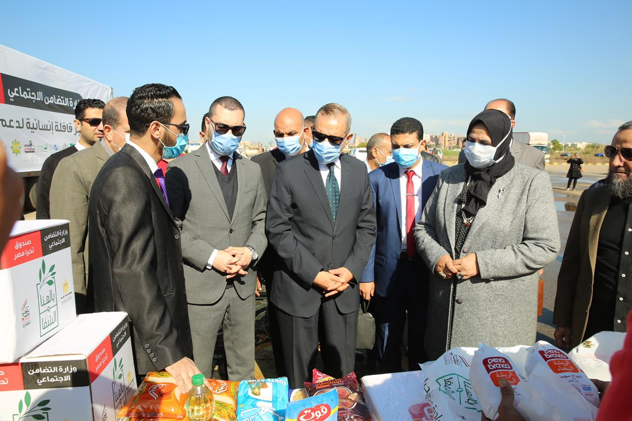 توزيع مساعدات غذائية من صندوق تحيا مصر للأسر الأولى بالرعاية بكفر الشيخ (7)
