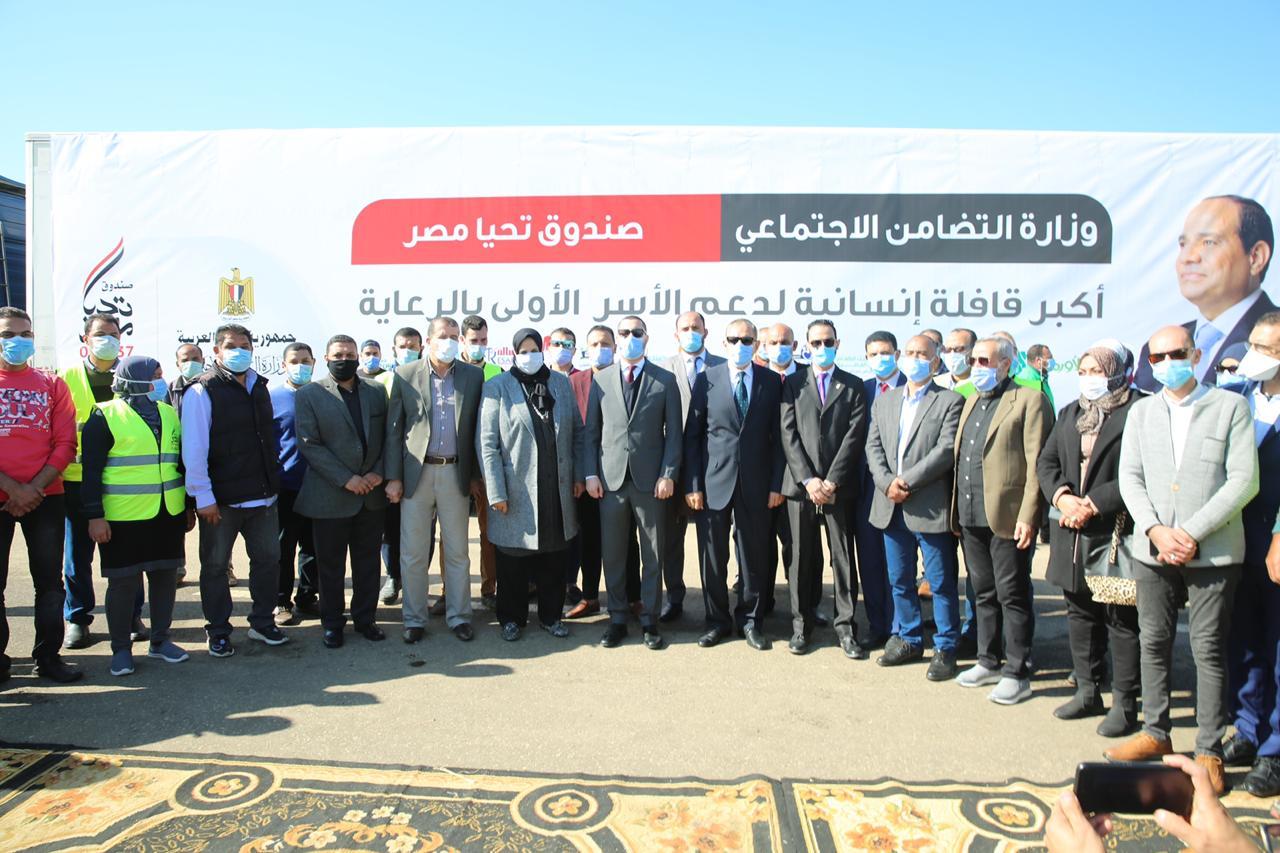 توزيع مساعدات غذائية من صندوق تحيا مصر للأسر الأولى بالرعاية بكفر الشيخ (11)