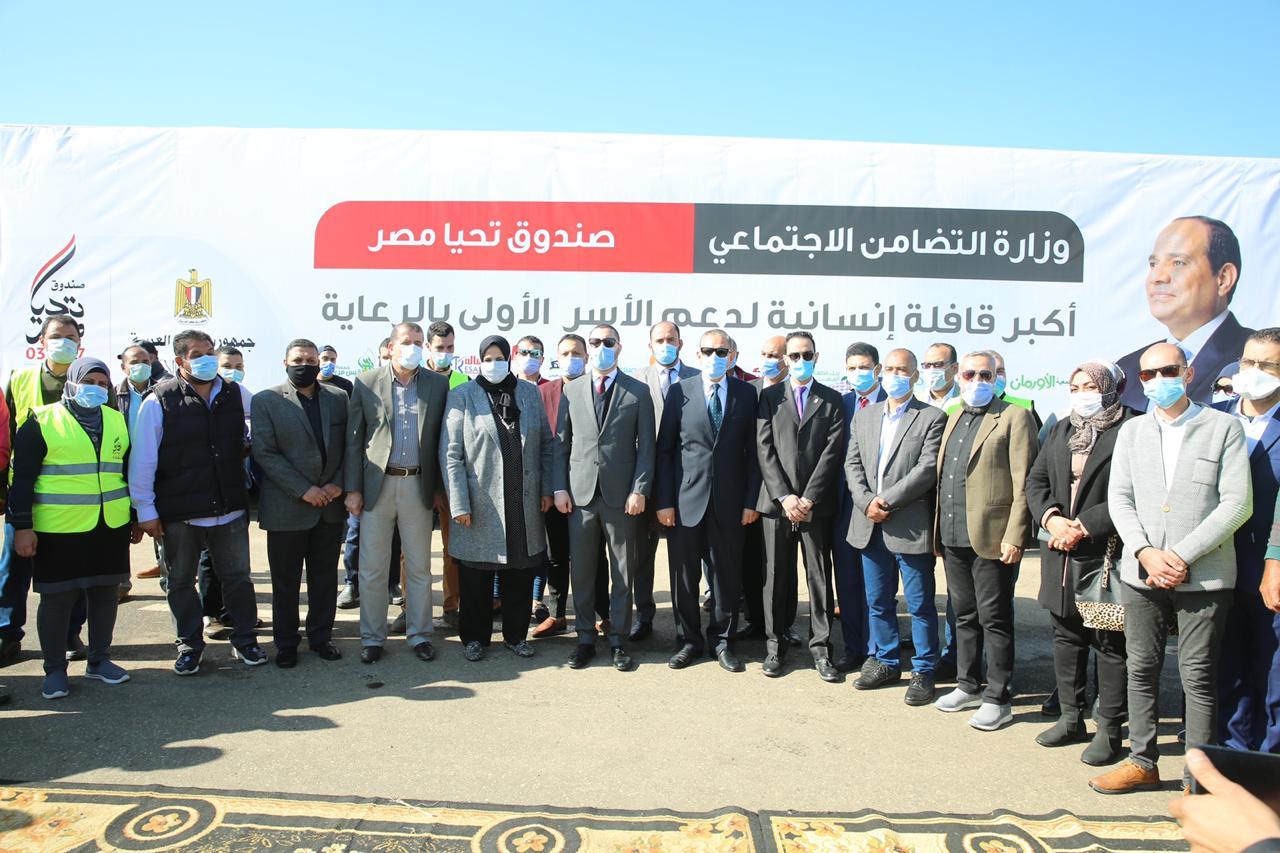 توزيع مساعدات غذائية من صندوق تحيا مصر للأسر الأولى بالرعاية بكفر الشيخ (1)