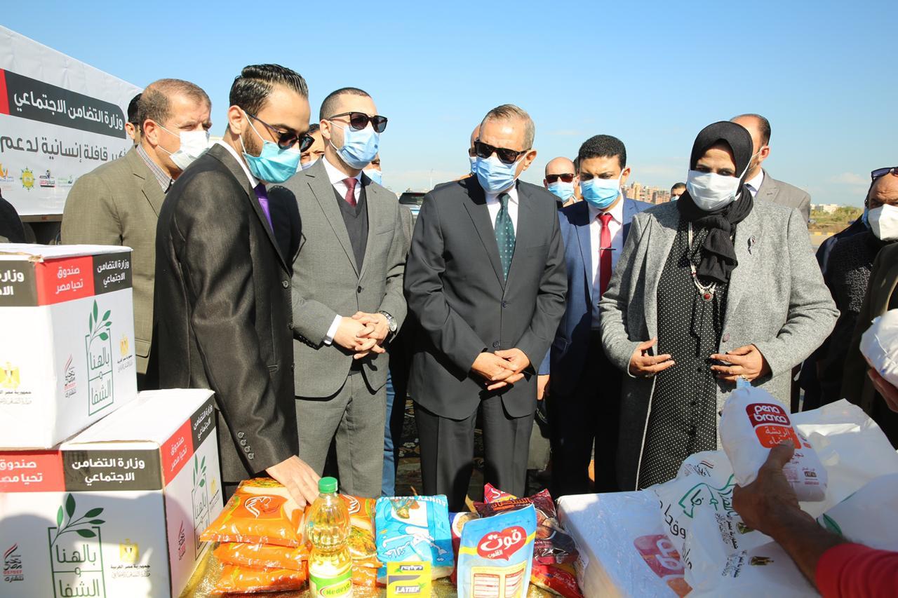 توزيع مساعدات غذائية من صندوق تحيا مصر للأسر الأولى بالرعاية بكفر الشيخ (13)