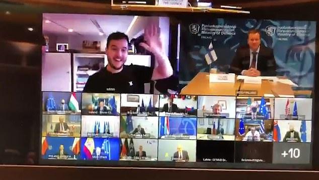 صحفي هولندي يبتسم ويلوح ويحضر اجتماع  سرى للاتحاد الأوروبي عبرزووم (1)