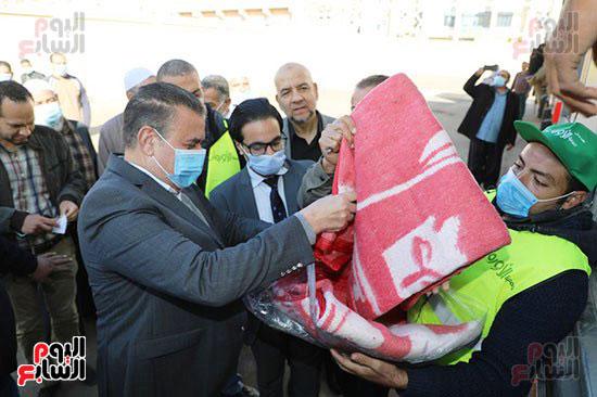 انطلاق القافلة الأكبر لتقديم المساعدات بمحافظات مصر (4)