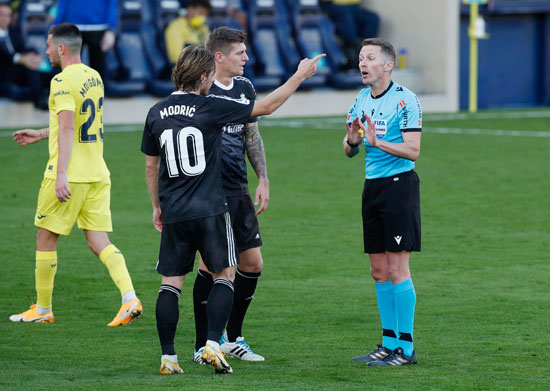 مودريتش-وكروس-يتحدثان-مع-حكم-المباراة