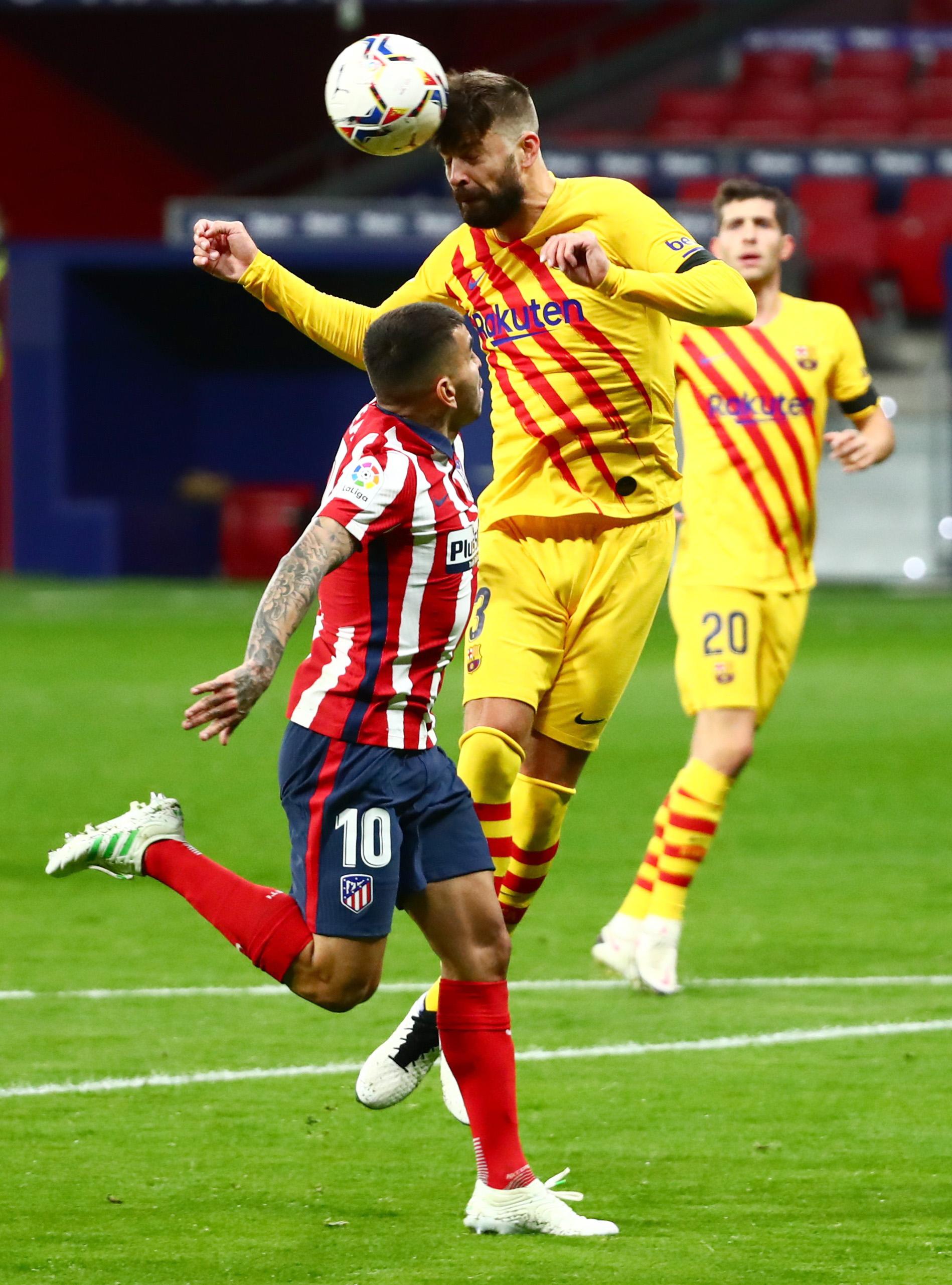 بيكيه يشتت الكرة داخل منطقة جزاء برشلونة