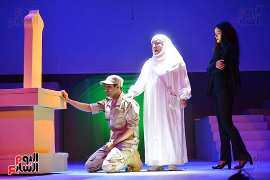 سميرة عبد العزيز وميدو عادل فى جانب من العرض
