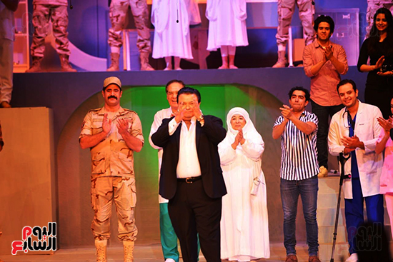 المخرج خالد جلال يقدم التحية لأبطال العرض ويحيى الحضور (6)