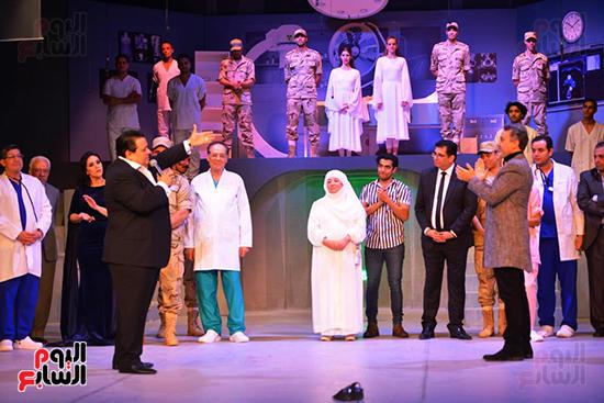 المخرج خالد جلال يقدم التحية لأبطال العرض ويحيى الحضور (2)