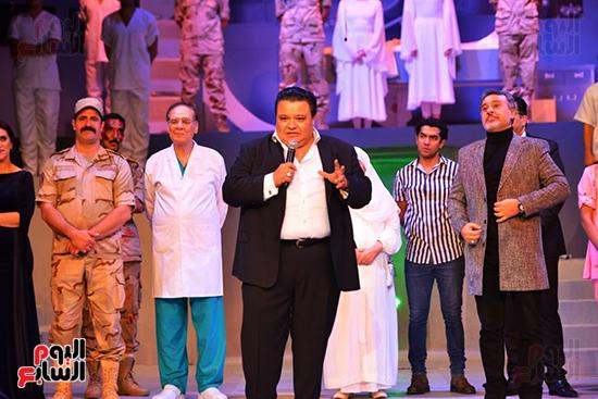 المخرج خالد جلال يقدم التحية لأبطال العرض ويحيى الحضور (5)