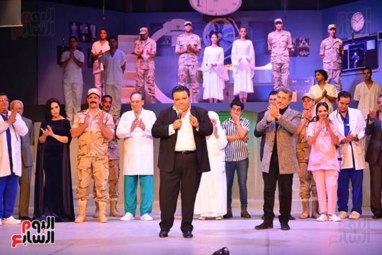 المخرج خالد جلال يقدم التحية لأبطال العرض ويحيى الحضور (3)