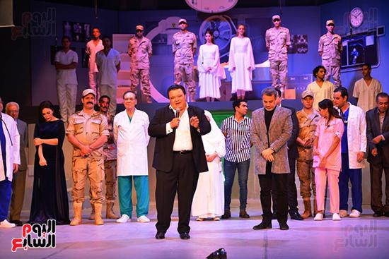 المخرج خالد جلال يقدم التحية لأبطال العرض ويحيى الحضور (4)