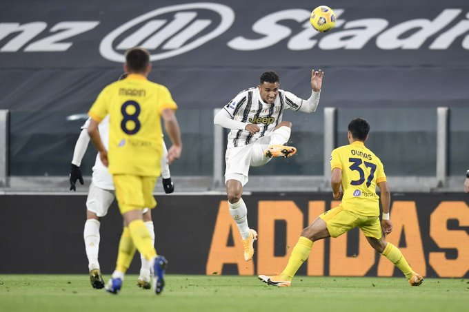 دانيلو يخرج الكرة