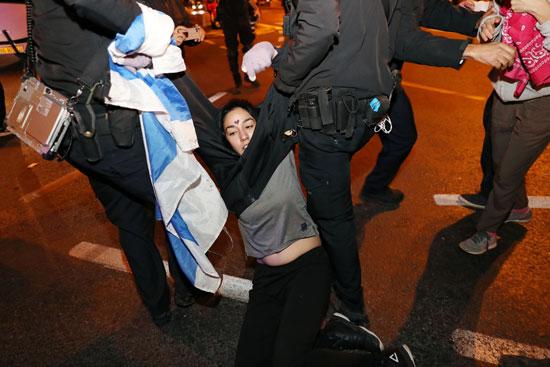 سحل متظاهرة خلال اعتقالها