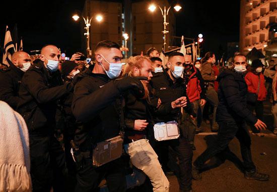 الشرطة تعتقل متظاهرة