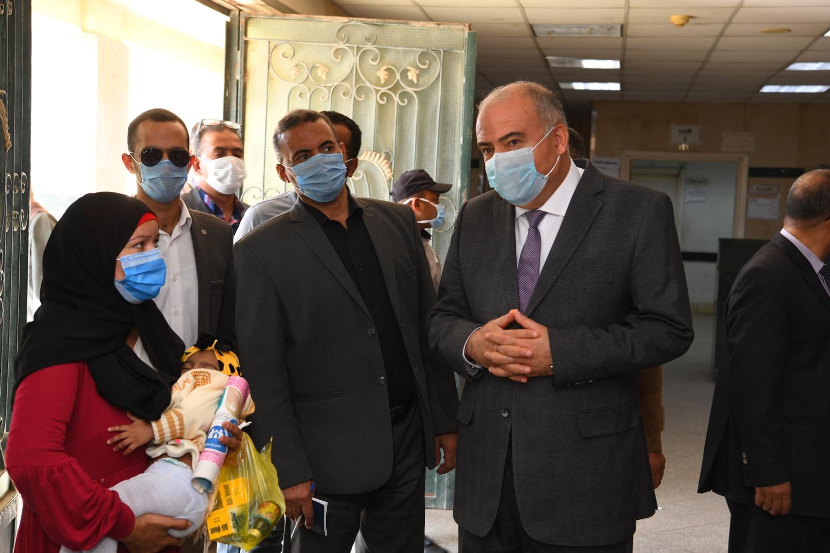 جولة مفاجئة لمحافظ قنا لمجمع عيادات التأمين الصحى بنجع حمادى (2)