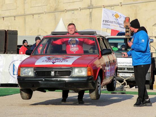 أحد المشاركين فى البطولة يحمل السيارة على كتفه