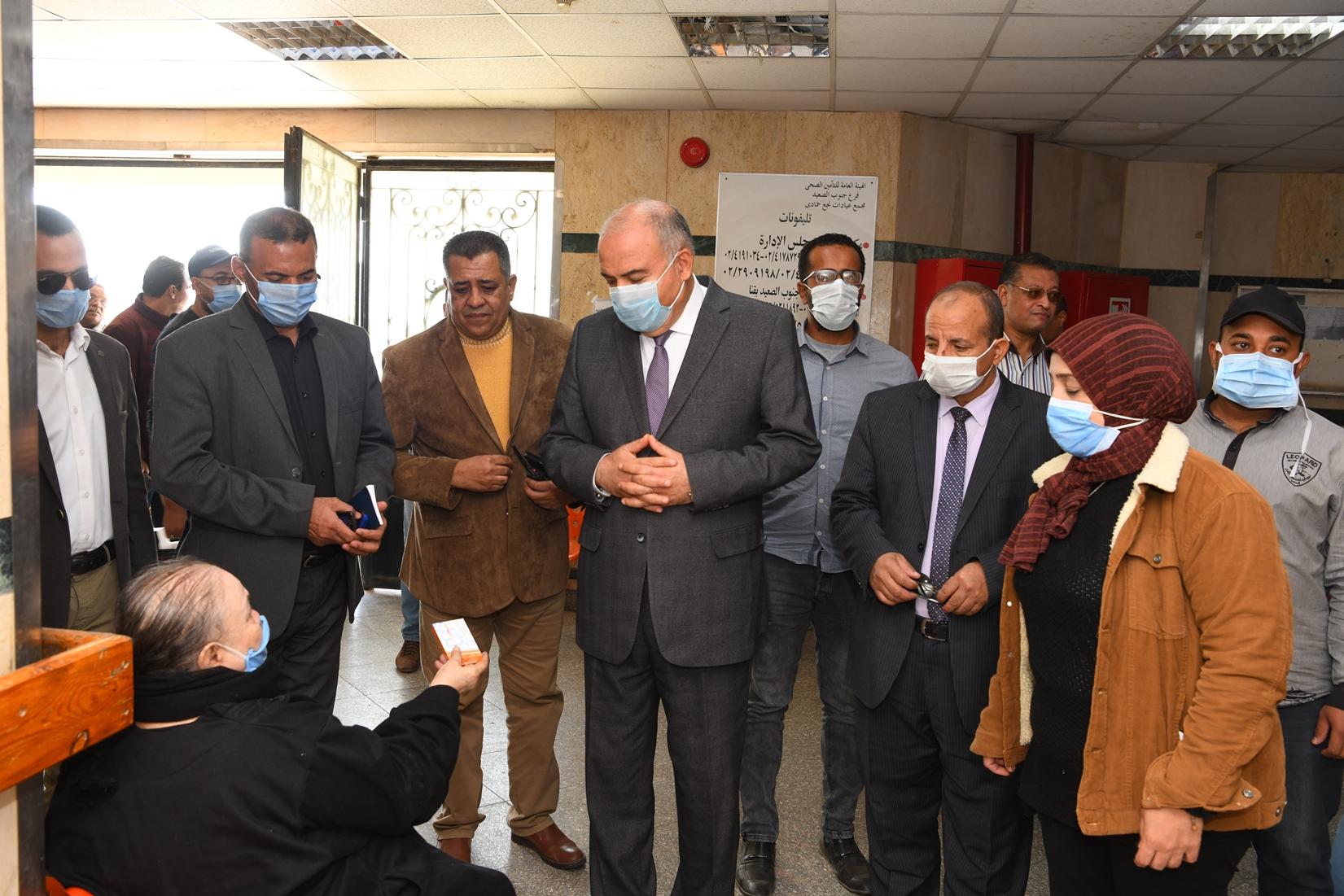جولة مفاجئة لمحافظ قنا لمجمع عيادات التأمين الصحى بنجع حمادى (3)