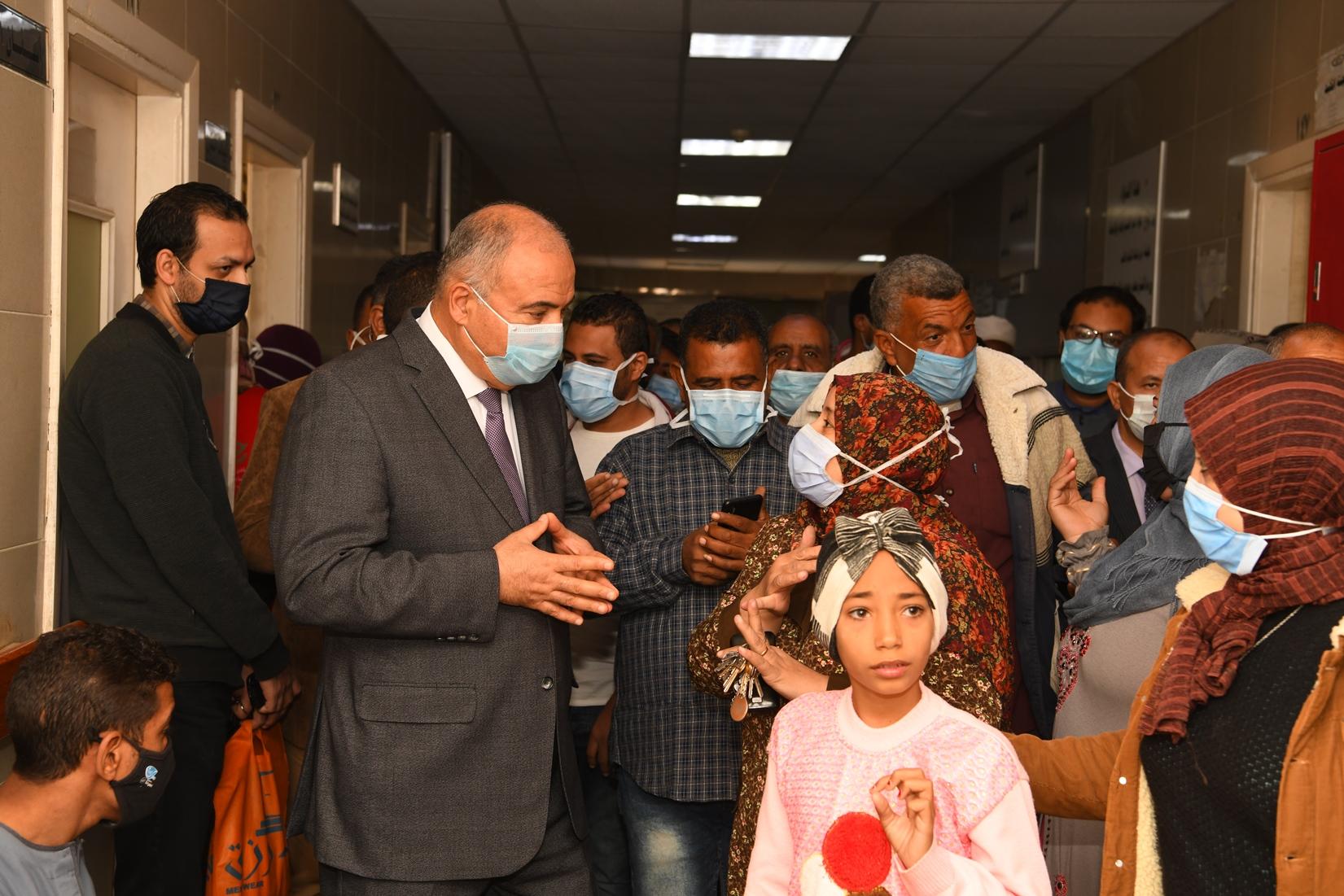 جولة مفاجئة لمحافظ قنا لمجمع عيادات التأمين الصحى بنجع حمادى (13)