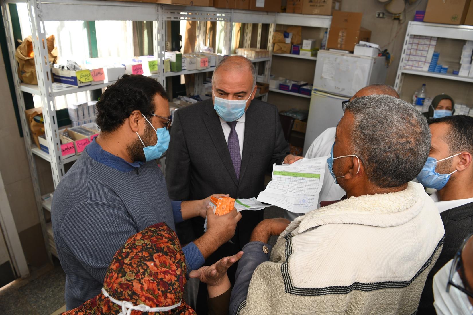 جولة مفاجئة لمحافظ قنا لمجمع عيادات التأمين الصحى بنجع حمادى (9)