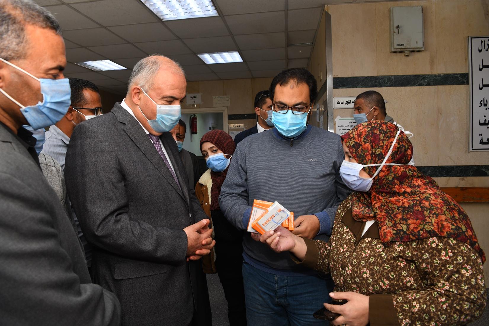 جولة مفاجئة لمحافظ قنا لمجمع عيادات التأمين الصحى بنجع حمادى (4)