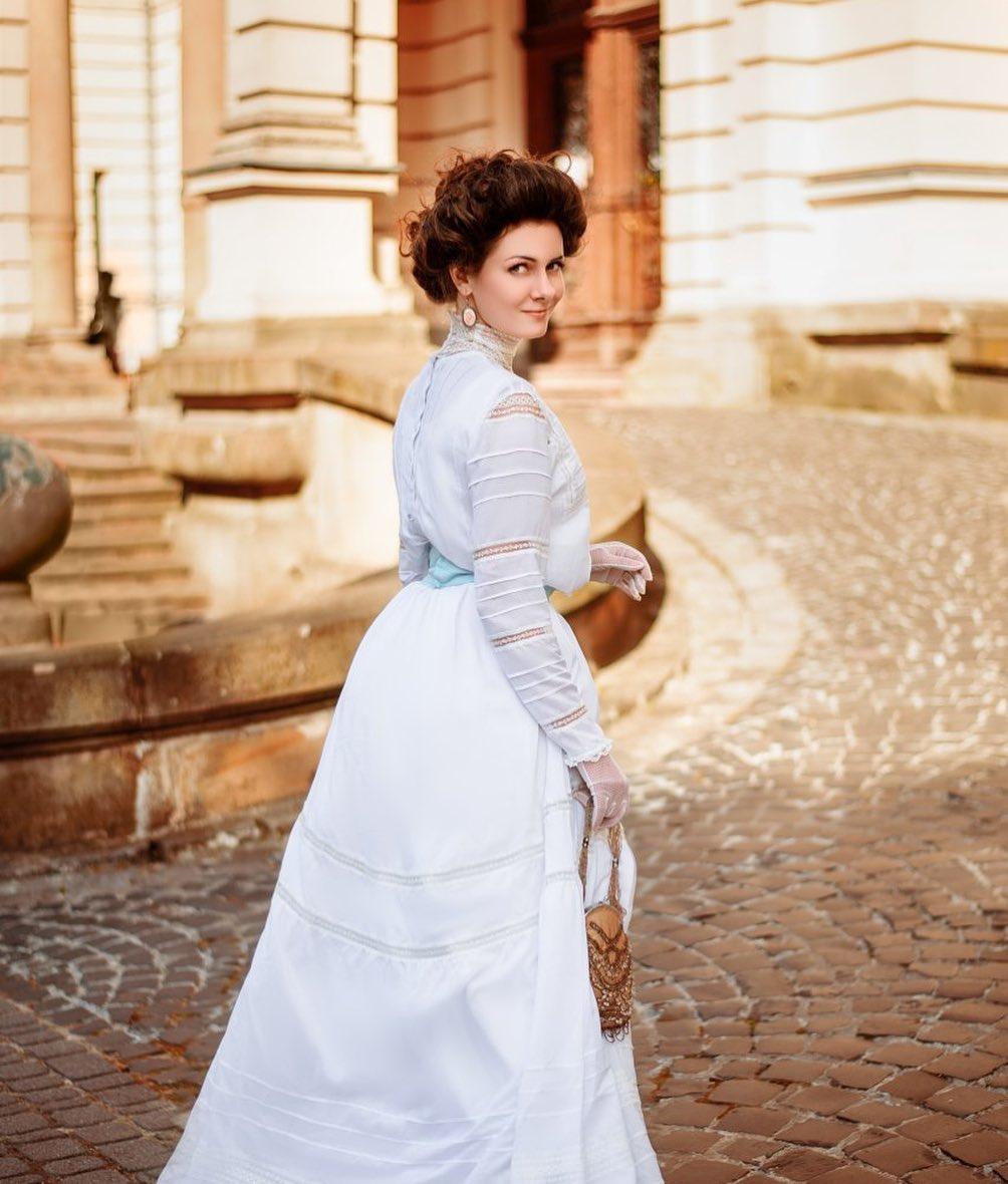 ميلا بوفوروزنيوك بفستان من القرن الـ 19