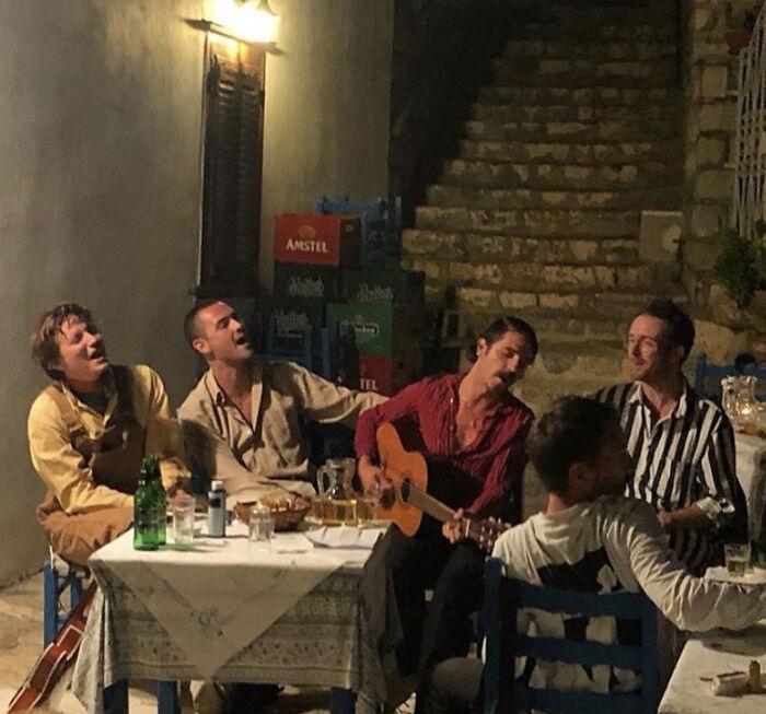 موسيقى فى مطعم يونانى