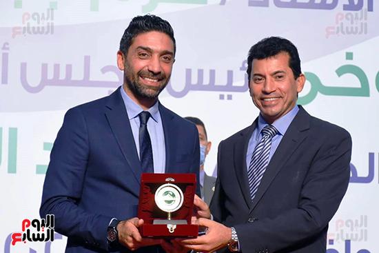 وزير الشباب والرياضة أثناء تسليم تكريم إسلام الشاطر