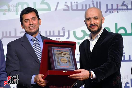 رئيس مجلس أمناء جامعة مصر يكرم وزير الشباب والرياضة