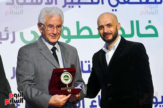 خالد الطوخى يكرم الدكتور صبحي حسنين رئيس قطاع التربية الرياضية بالمجلس الاعلى للجامعات