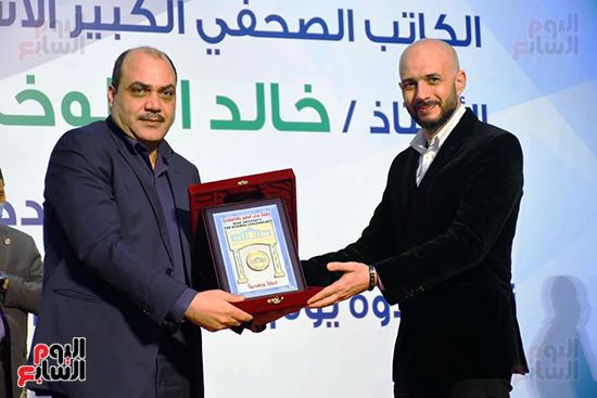 خالد الطوخى يكرم الإعلامي محمد الباز رئيس تحرير جريدة الدستور
