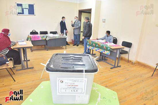 محافظ-أسيوط-يواصل-تفقد-مقار-اللجان-الانتخابية-(7)