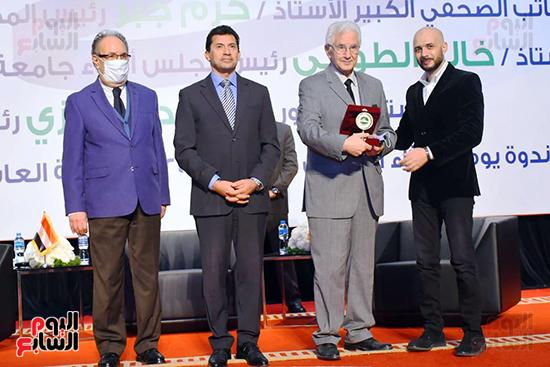 خالد الطوخى يكرم الدكتور صبحي حسنين