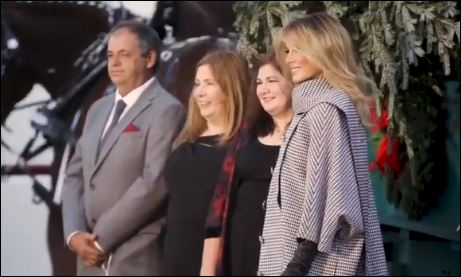 ميلانيا ترامب تستقبل أخر شجرة كريسماس في عهد الرئيس الأمريكى (3)