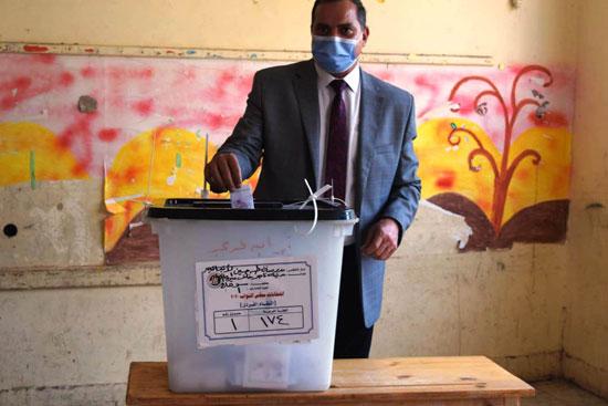 رئيس جامعة سوهاج يدلى بصوته (3)