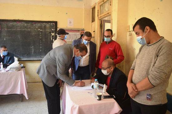 رئيس جامعة سوهاج يدلى بصوته (1)
