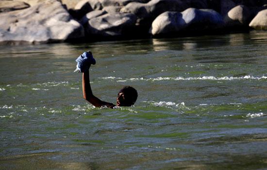 محاولة عبور النهر