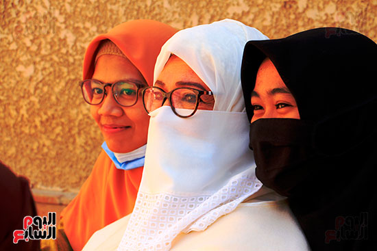 ياسمين-الخيام-ابنة-الشيخ-الحصرى-مع-محبيه-من-الطالبات-الإندونيسيات