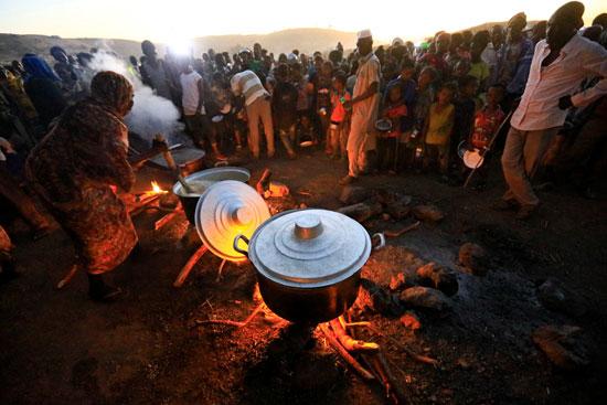 اللأجئون يحاولون طهى الطعام